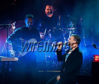 Gary chantant avec Coldplay pour Charity Crisis 19-12-2010 8251370131velvetovaya1220201032739PMvi