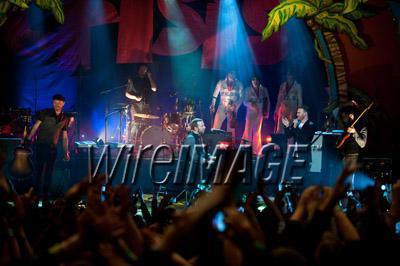 Gary chantant avec Coldplay pour Charity Crisis 19-12-2010 8571060137velvetovaya1220201032838PMvi