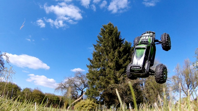 Traxxas Summit on the rocks and in the air ! 882176vlcsnap2017042319h02m04s219
