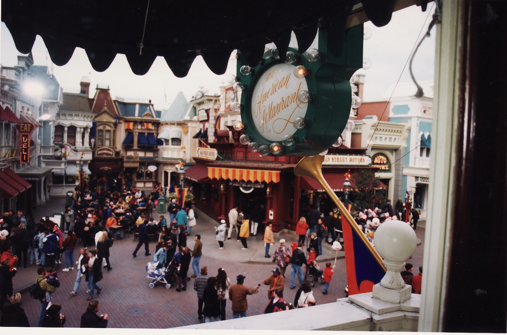 (Histoire) Lilly's Boutique a remplacé une salle du Walt's - An American Restaurant - Page 2 883087L148