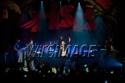 Gary chantant avec Coldplay pour Charity Crisis 19-12-2010 9374430134velvetovaya1220201032850PMvi