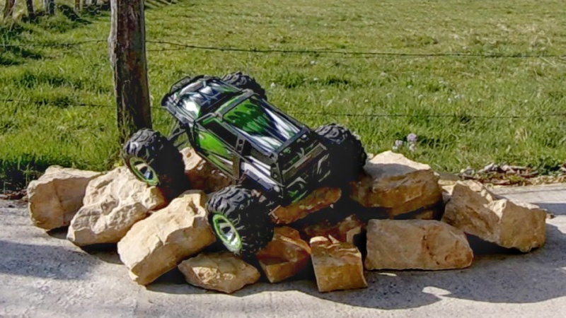 Traxxas Summit on the rocks and in the air ! 940296vlcsnap2017042319h27m28s501