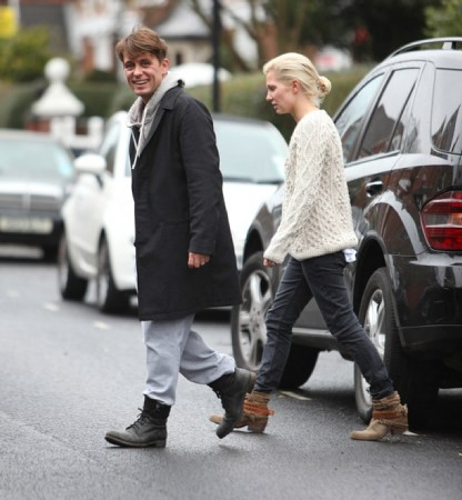 Mark et Emma partant de ches eux - Londres - 23/02/2011 953459MQ07vi