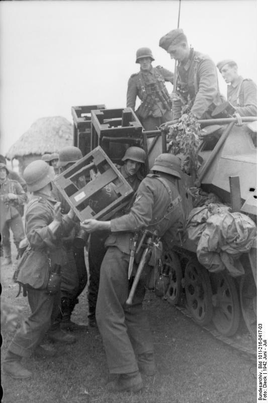 Bundesarchiv - schwerer Wurfrahmen an Schützenpanzer 982985BundesarchivBild101I216041703RusslandschwererWurfrahmenanSchtzenpanzer