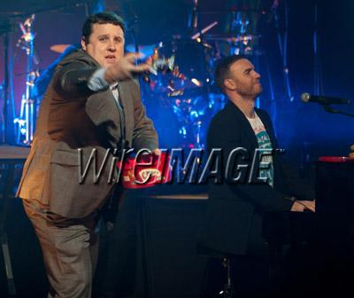 Gary chantant avec Coldplay pour Charity Crisis 19-12-2010 9837140118velvetovaya1220201032824PMvi