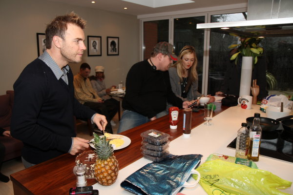 Gary à la fête show chez Chris Moyles  22/02/10 69492rfyg7p