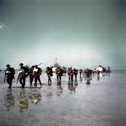 Canadien et leurs  prisonniers 805932soldiers_unloading_juno_beach