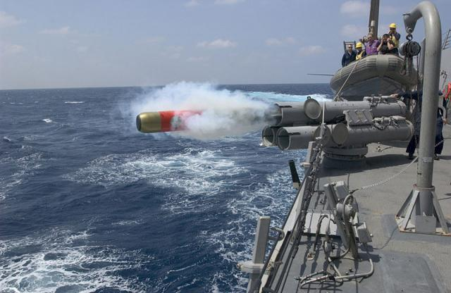 DESTROYERS CLASSE FORREST SHERMAN - Page 2 816309800px_MK46_torpedo_launch_USS_Mustin