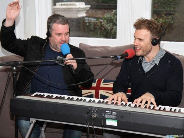 Gary à la fête show chez Chris Moyles  22/02/10 940280xes7wh6zqd7lbb5le3ju_s