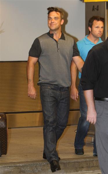 Robbie et Ayda à l'aéroport de Miami 28-06-2010 107265100629m4_williams_b_gr_04
