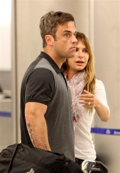 Robbie et Ayda à l'aéroport de Miami 28-06-2010 169849100629m4_williams_b_gr_02