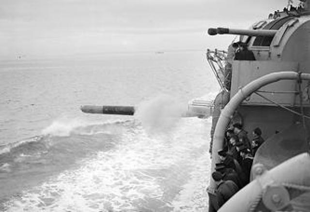 ROYAL NAVY CROISEURS LOURDS CLASSE COUNTY 22152HMS_Shropshire_torpedo