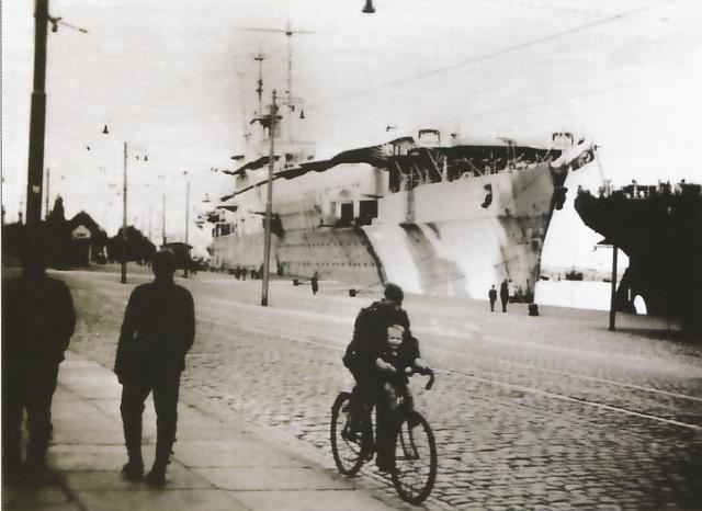 DES LIMBES DE L'HISTOIRE (2) : LES PORTE-AVIONS 225410Graf.Zeppelin_Settin