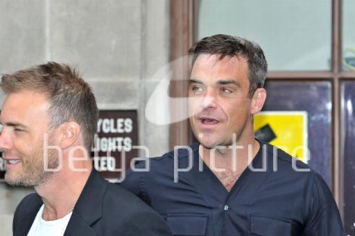 Robbie et Gary à la BBC Radio 1 26/08/210 23019121961463