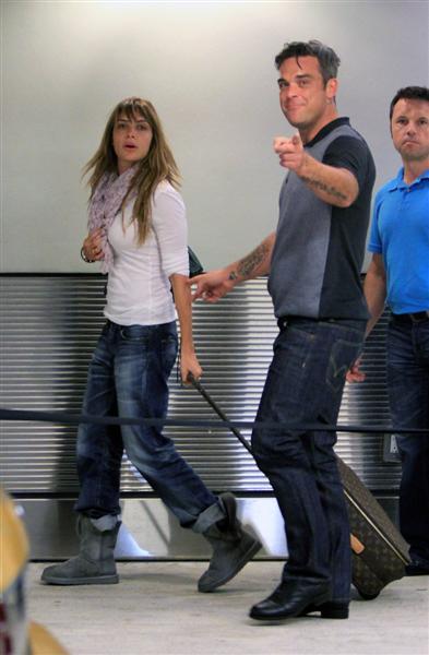Robbie et Ayda à l'aéroport de Miami 28-06-2010 27296100629m4_williams_b_gr_01