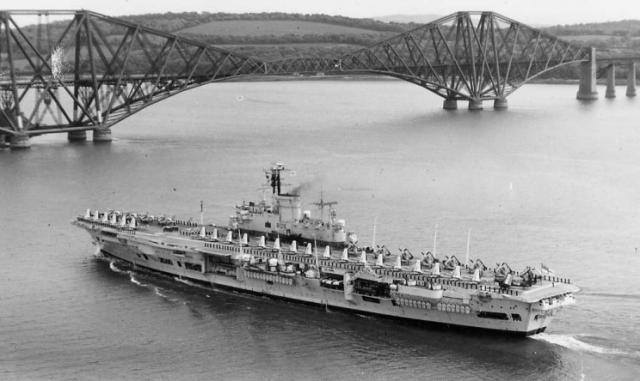 ROYAL NAVY PORTE-AVIONS CLASSE AUDACIOUS 274858HMS_Ark_Royal_Rosyth_juin_1958
