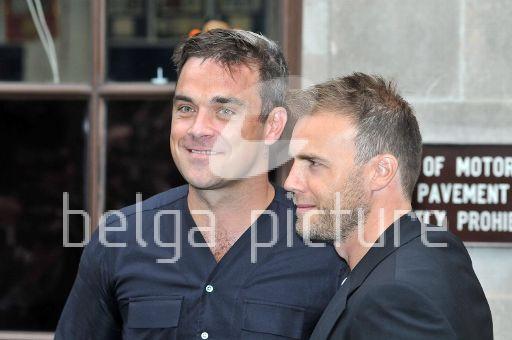 Robbie et Gary à la BBC Radio 1 26/08/210 29981821961487
