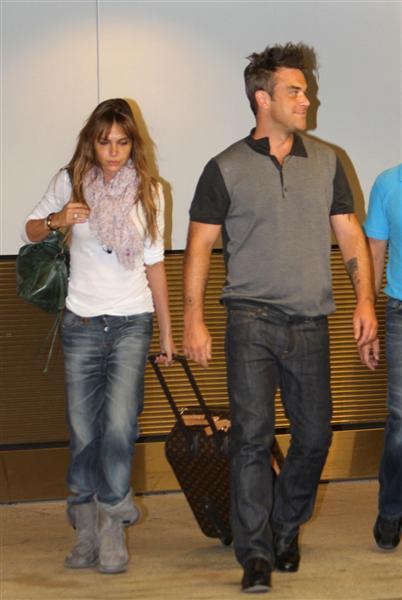 Robbie et Ayda à l'aéroport de Miami 28-06-2010 301868100629m4_williams_b_gr_03
