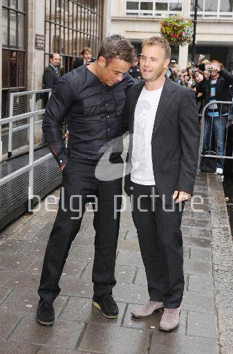 Robbie et Gary à la BBC Radio 1 26/08/210 33205321959898