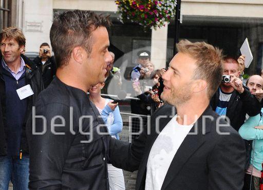 Robbie et Gary à la BBC Radio 1 26/08/210 41503321959920