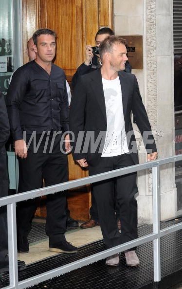 Robbie et Gary à la BBC Radio 1 26/08/210 - Page 2 423410103640199