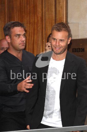 Robbie et Gary à la BBC Radio 1 26/08/210 44710021961068