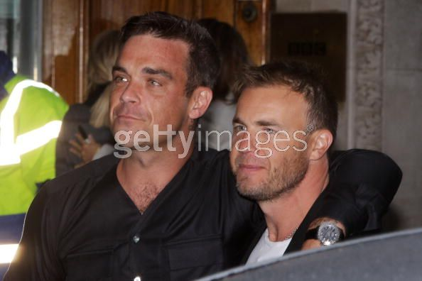 Robbie et Gary à la BBC Radio 1 26/08/210 - Page 2 485223103640104
