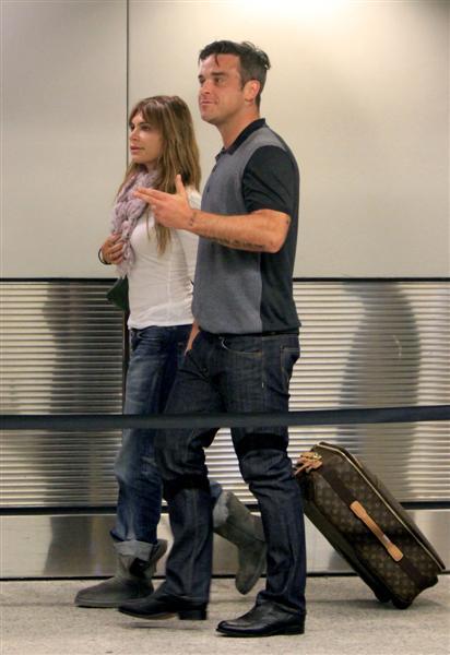 Robbie et Ayda à l'aéroport de Miami 28-06-2010 495852100629m4_williams_b_gr_10