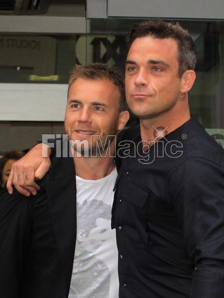 Robbie et Gary à la BBC Radio 1 26/08/210 - Page 2 496847103639702