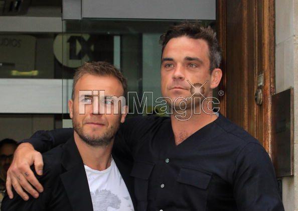 Robbie et Gary à la BBC Radio 1 26/08/210 - Page 2 521119103639716