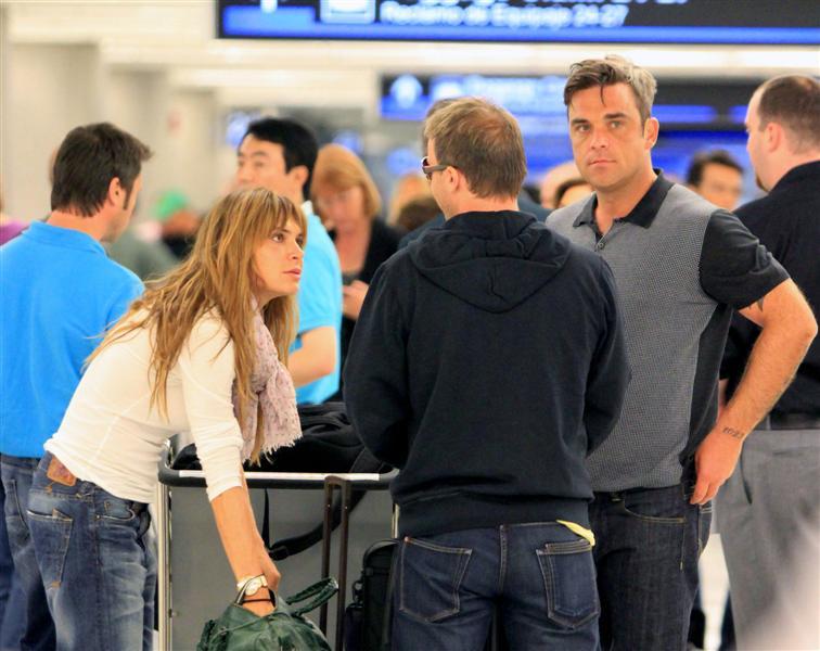 Robbie et Ayda à l'aéroport de Miami 28-06-2010 525924100629m4_williams_b_gr_06