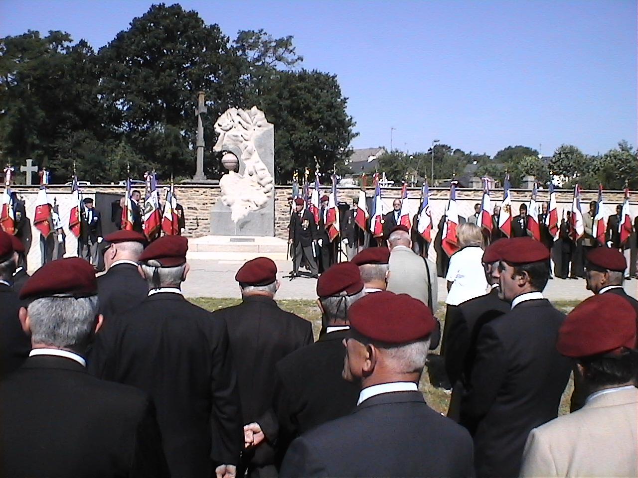 Cérémonie en hommage au Général BIGEARD au mémorial de Lauzach (56) 588699DVC02500