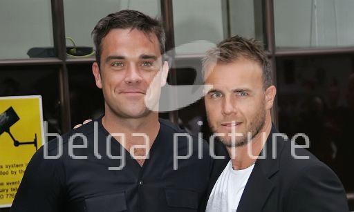 Robbie et Gary à la BBC Radio 1 26/08/210 63698021963843