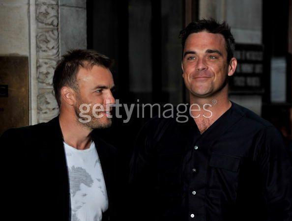 Robbie et Gary à la BBC Radio 1 26/08/210 - Page 2 710550103639342