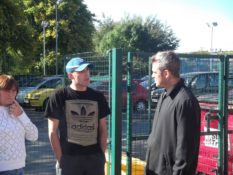 Robbie en visite à Blurton 04-10-2010 736895Robbie_20Williams_20at_20OBCA_2004_10_2010_20007