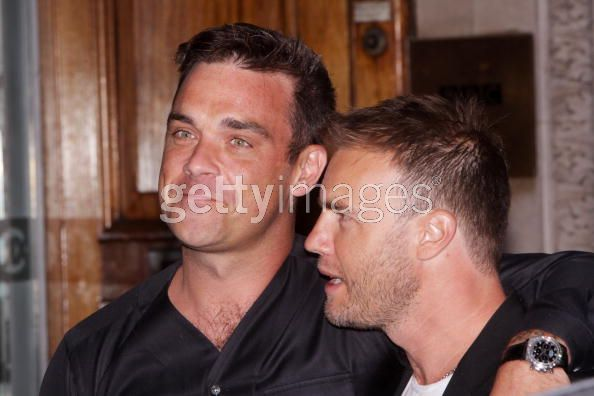 Robbie et Gary à la BBC Radio 1 26/08/210 - Page 2 811456103640089