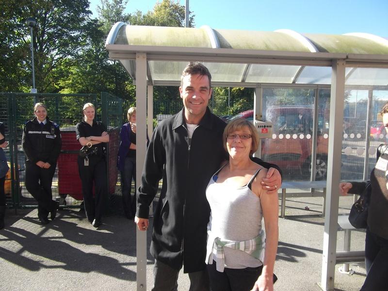 Robbie en visite à Blurton 04-10-2010 845105Robbie_20Williams_20at_20OBCA_2004_10_2010_20003