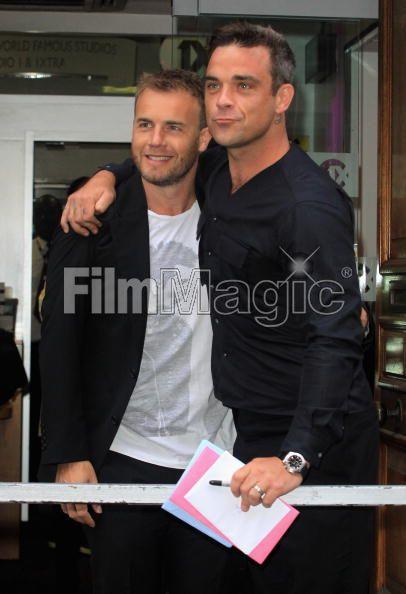 Robbie et Gary à la BBC Radio 1 26/08/210 - Page 2 911985103639709