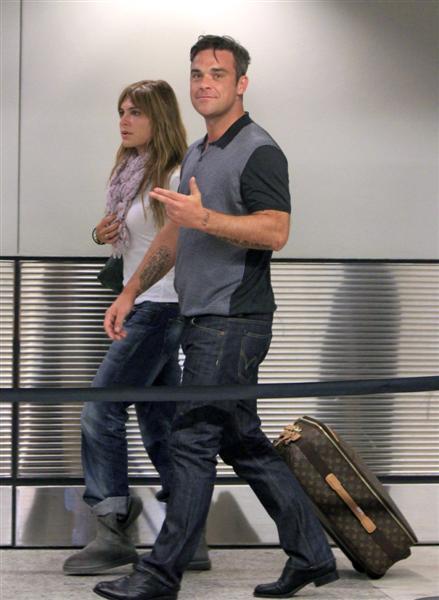 Robbie et Ayda à l'aéroport de Miami 28-06-2010 984090100629m4_williams_b_gr_09
