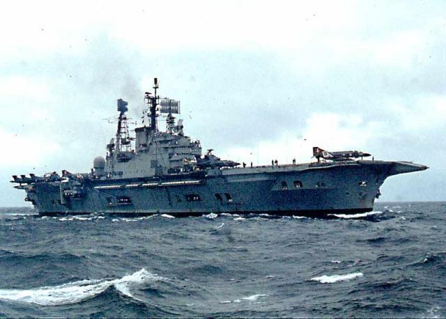 DES LIMBES DE L'HISTOIRE (2) : LES PORTE-AVIONS 99298217_HMS_Ark_Royal_North_Atlantic_July_76