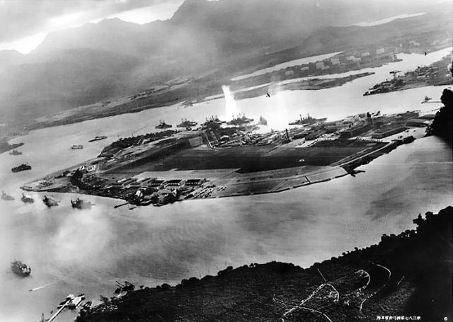 JAPON PORTE-AVIONS KAGA 10842Attack_on_Pearl_Harbor_Japanese_planes_view