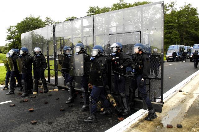 Vidéos-Interventions : Vidéos d'interventions de secours. 995332Demonstration_voie_fermee_par_les_gendarmes_mobiles_face_a_des_manifestants_hostiles