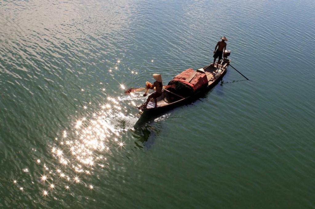 Tung chài trên sông Huế Fzm1