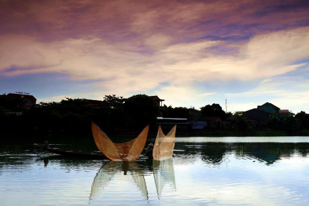 Tung chài trên sông Huế Aomo