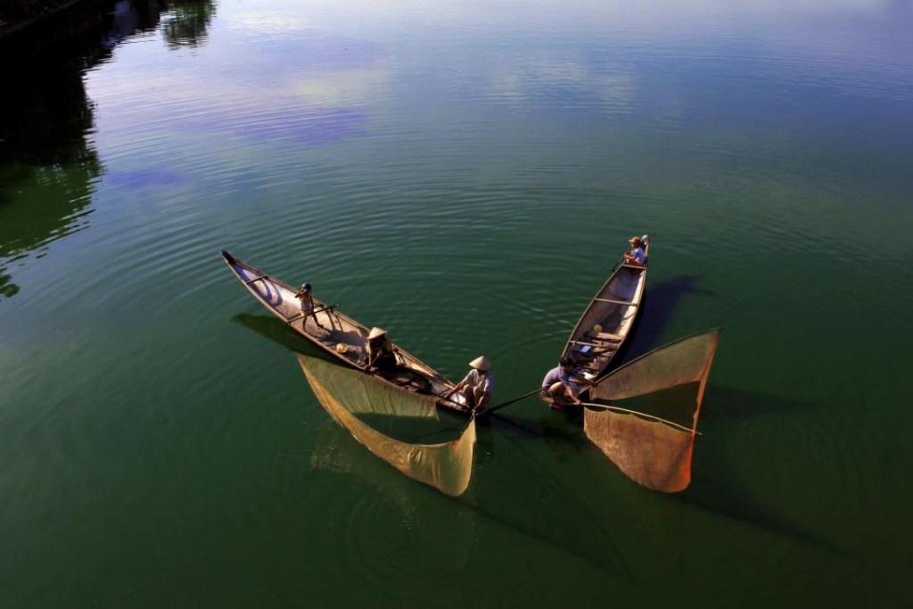 Tung chài trên sông Huế Igdt