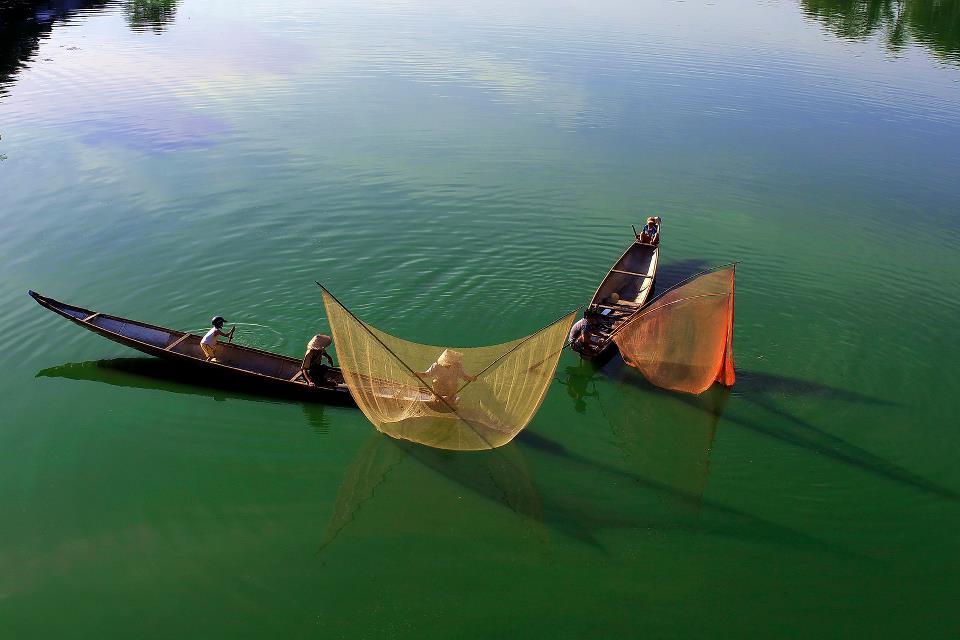 Tung chài trên sông Huế Hu9w