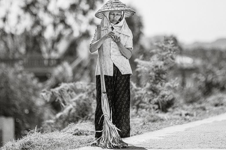 Sắc thái đối nghịch của phụ nữ Việt V8z8