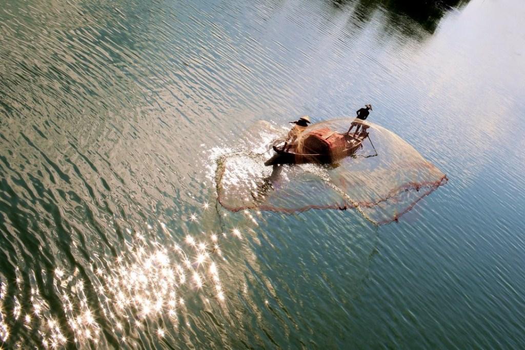 Tung chài trên sông Huế 8vrm