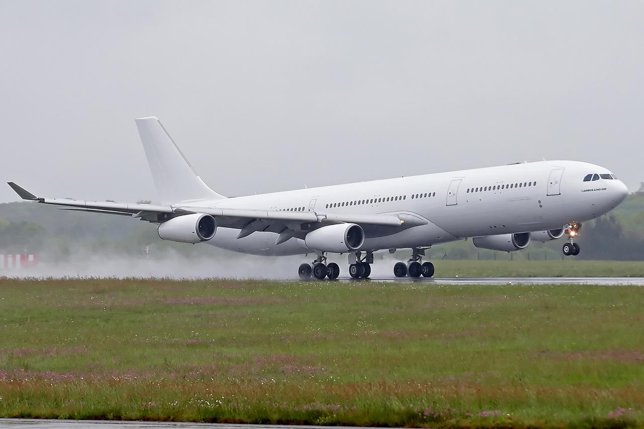 [26/04/2015] Airbus A340-300 (CS-TQY & CS-TQZ) Hi Fly OQyUax