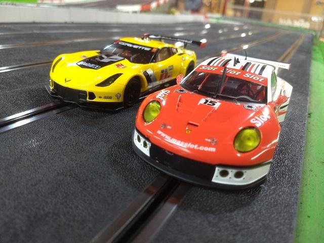 Duelo en pista: Corvette C7R vs Porsche 911 - Categoría GT Scaleauto con imán. Nmi35I